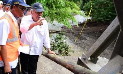 Menteri Pekerjaan Umum dan Perumahan Rakyat (PUPR) Basuki Hadimuljono saat meninjau Jembatan Batang Kalu di Kecamatan 2x11, Padang Pariaman. (FOTO: KemenPUPR)