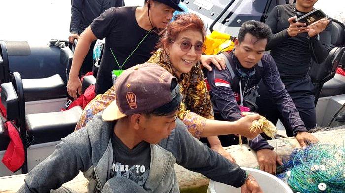 Menteri Susi Pudjiastuti bersama nelayan usai nangkap udang. (FOTO: Istimewa)