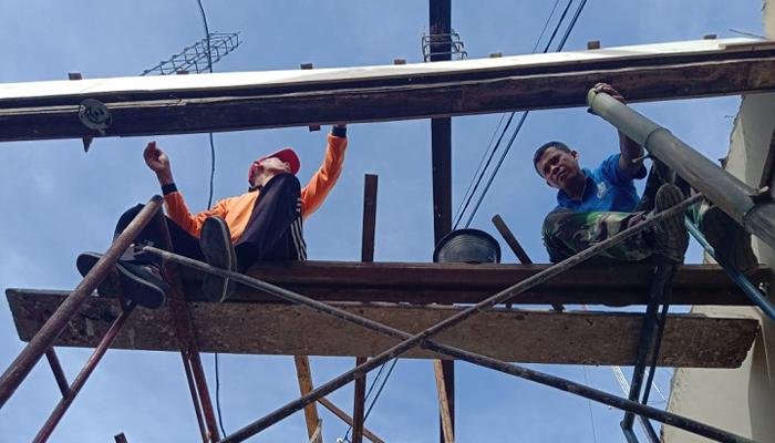 Tim Harbang (pemeliharaan bangunan) Korem 081/DSJ terus bekerja menyelesaikan proses rehab Kantor Penrem 081/DSJ yang berada di Jl. Pahlawan No. 5p Kota Madiun, Jawa Timur, Jumat (28/12/18). (FOTO: pen81/nusantaranews.co)