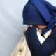 Perempuan berjilbab biru tua sedih ditinggal pergi (ilustrasi)