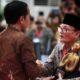 Presiden Joko Widodo saat menyerahkan Penghargaan kepada Sastrawan Madura D. Zawawi Imron. (FOTO: Dok. KKI 2018)