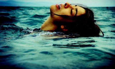 Senandung Perempuan di tengah Laut. (FOTO: The Unbounded Spirit | Woman in Ocean)