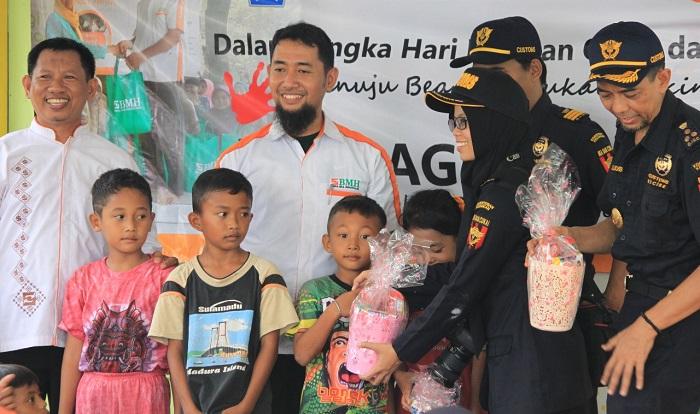 Tim BMH bersama dengan rombongan Kanwil Ditjen Bea dan Cukai Jawa Timur 1 serahkan Bantuan Paket Sembako Gratis. (FOTO: Humas BMH)