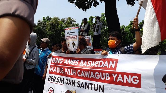 Tolak M. Taufik Jadi Wagub DKI, Ratusan Massa Kerumuni Balai Kota. (FOTO: NUSANTARANEWS.CO/ M. Jaenali)