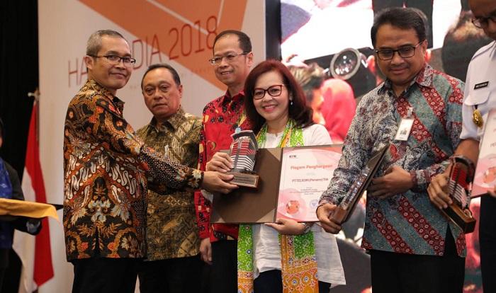 Wakil Ketua KPK Alexander Marwata (paling kiri) menyerahkan penghargaan kepada Telkom sebagai BUMN dengan Sistem Pengendalian Gratifikasi Terbaik Tahun 2018 kepada Senior Advisor Direktorat Human Capital Management Telkom Dian Purwaningrum (ke empat dari kiri) pada event Peringatan Hari Antikorupsi Sedunia (Hakordia) 2018 di Jakarta, Rabu (5/12). (FOTO: Dok. Telkom)