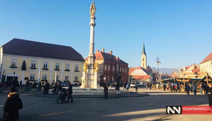 Sebuah Monumen Patung Maria Menjulang Tinggi di Kelilingi 4 Malaikat Terletak di Sebuah Lapangan Kaptol di Kota Zagreb. (Foto Dok. NUSANTARANEWS.CO)
