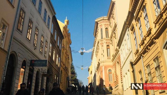 Pemandangan di Sebuah Jalanan Kota Tua di Zagreb. Kanan Kiri Dikeliling Bangunan Kuno Masih Tampak Sangat Terawat dengan Baik. (Foto Dok. NUSANTARANEWS.CO)