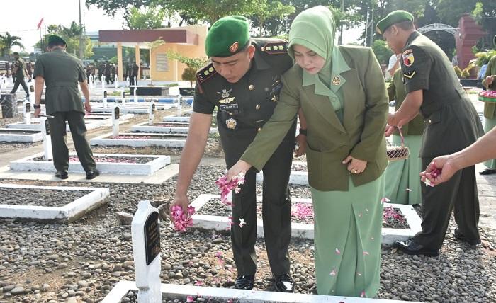 Hari Juang Kartika Ke-73 Tahun 2018, anggota Kodim 0803/Madiun melaksanakan kegiatan Ziarah Nasional ke Makam Pahlawan di Taman Makam Pahlawan (TMP) Madiun. (FOTO: Pendim0803)