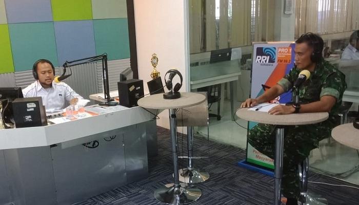 Kepala Penerangan Kodam (Kapendam) V/Brawijaya, Kolonel Inf Singgih Pambudi Arinto dalam siaran derap prajurit di stasiun radio, Surabaya. (FOTO: Pendam V/Brawijaya)