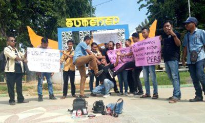 Aksi solidaritas Asosiasi Media Online Sumenep (Amos) di taman bunga Sumenep, Rabu (9/1/2019). (Foto: M Mahdi/NUSANTARANEWS.CO)