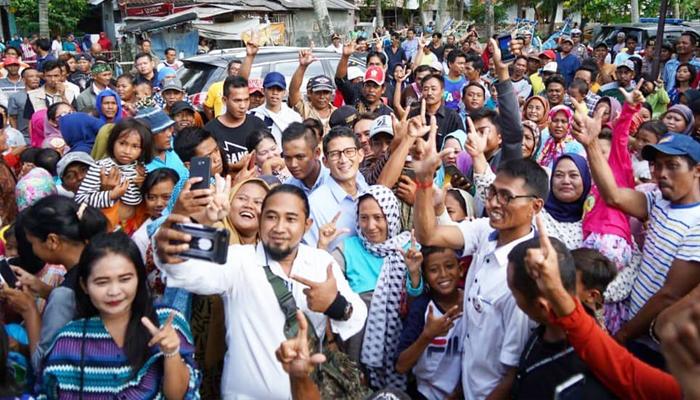 Cawapres nomor urut 02 Sandiaga Uno selfie bersama warga masyarakat Karawang. (FOTO: Istimewa)