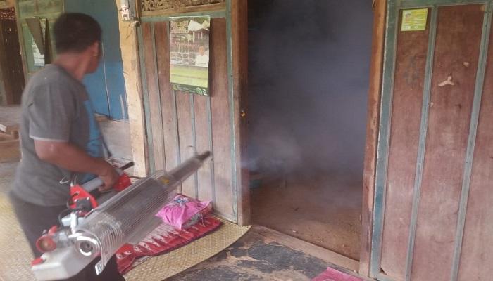 Fogging di Desa Pragaan Daya Kecamatan Pragaan Kabupaten Sumenep. (Foto: M Mahdi/NUSANTARANEWS.CO)