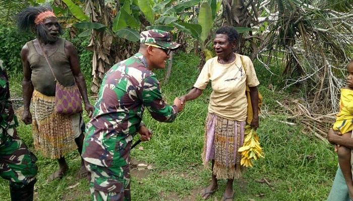 Dansatgas Yonmek 521 DY, Letkol Inf Andi A Wibowo bersama personel kunjungi Kampugn Yakyu, Distrik Sota, Merauke. (Foto: Istimewa)