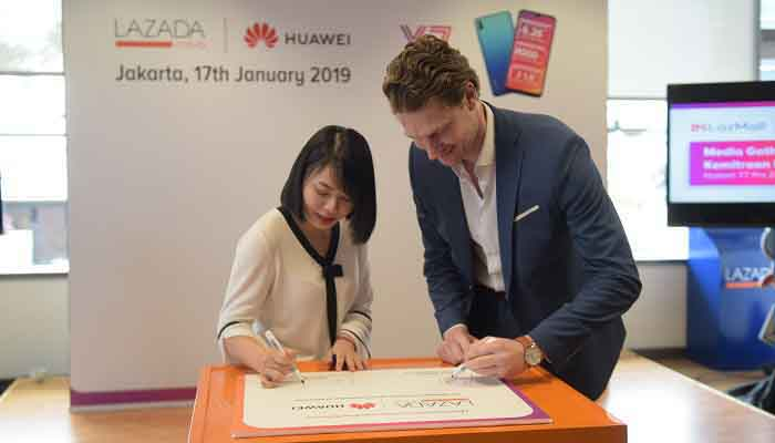 (Kiri – Kanan) Cici Caisijing - Head of E-Commerce Huawei Asia Pacific dan Pierre Beckers - Chief Business Officer Lazada Indonesia menandatangani nota kesepahaman antara Huawei dan Lazada. (FOTO: DOK. HAFIYYAN FAZA)