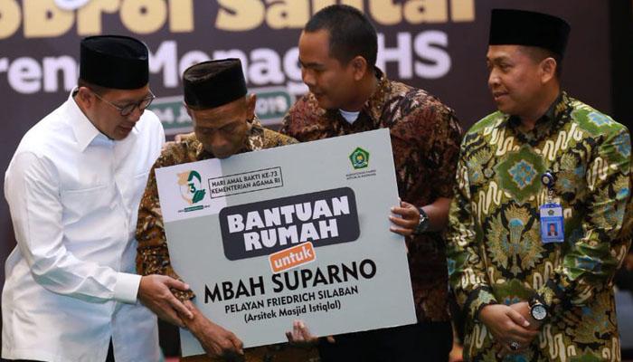 Mbah Parno menerima hadiah Rumah dari Menteri Agama Lukman Hakim Saifuddin di acara Ngobras HAB ke 73. (FOTO: Dok. Kemenag)