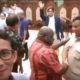 Natalius Pigai nampak berjabat tangan dan ngobrol dengan Prabowo Subianto saat Sandiaga Uno melakukan live streaming. (FOTO: NUSANTARANEWS.CO)