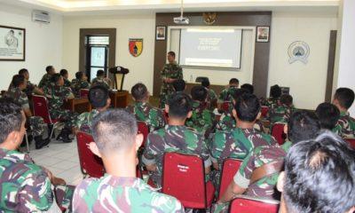 Kapenrem 081/DSJ Mayor Arm T.M. Hartoyo memberikan pembekalan kepada prajurit-prajurit baru Korem 081/DSJ. (FOTO: Pen81/NN)