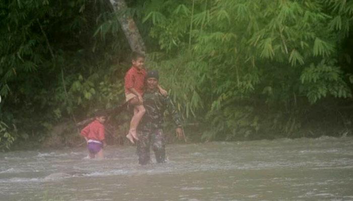 Prajurit TNI Gendong Siswa Seberangi Sungai untuk Sekolah Di Perbatasan