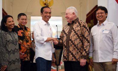 Presiden Jokowi Berjabat Tangan Dengan CEO Freeport McMoRan Richard Adkerson Usai Penandatanganan Devistrasi Freeport (Foto ANTARA Wahyu Putro A)