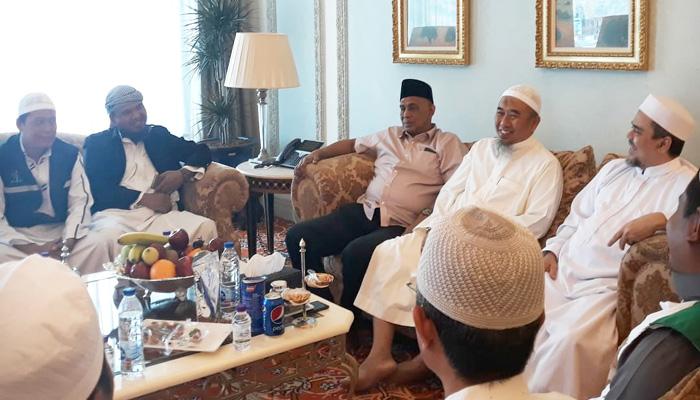 Relawan Prabowo-Sandi di kediaman Habib Rizieq, Arab Saudi. (FOTO: NUSANTARANEWS.CO)