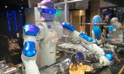 Robot Karyawan Sedang Mengolah Masakan (Foto By Express)