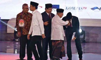 Sandiaga Uno Cium Tangan Kiai Ma'ruf Amin Seusai Debat Capres Cawapres 2019 pada Kamis, 17 Januari 2019 di Hotel Bidakara, Jakarta (Foto ANTARA/Sigid Kurniawa)