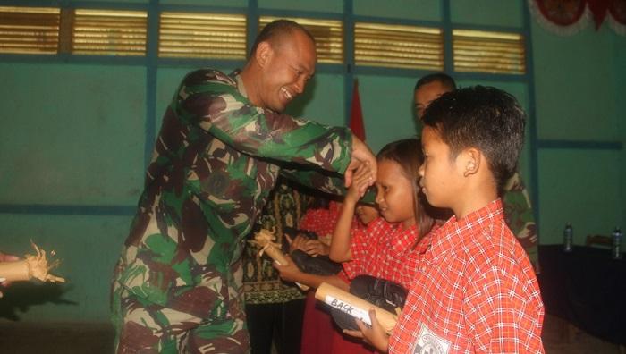 Satgas Yonif 511/DY Salurkan Bantuan Perlengkapan Sekolah di Perbatasan RI-Malaysia. (FOTO: Pen81/nusantaranews.co)