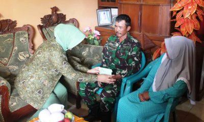 Ketua Persit Kartika Chandra Kirana (KCK) PD V Brawijaya Mia Arif Rahman silaturahmi ke kediaman anggota Kodim 0813 Bojonegoro. (FOTO: NUSANTARANEWS.CO/Pendim0813)