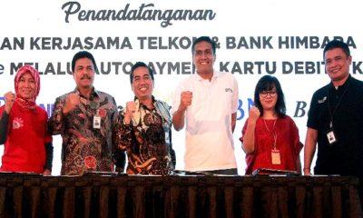 Direktur Consumer Service Telkom Siti Choiriana (paling kiri) dan Direktur Enterprise & Business Service Telkom Dian Rachmawan (paling kanan) berfoto bersama dengan Senior Vice President Divisi Hubungan Kelembagaan Bank BNI G.C Koen Yulianto (kedua kiri), Direktur Consumer Banking Bank BTN Budi Satria (ketiga kiri), Kepala Divisi Kartu Kredit Bank BRI Wibawa Prasetyawan (ketiga kanan), dan Senior Vice President Credit Card Group Bank Mandiri Vira Widyasari (kedua kanan) usai penandatangan perjanjian kerjasama antara PT Telkom Indonesia (Persero) Tbk dengan Himpunan Bank Negara (Himbara) di Yogyakarta, Rabu (30/1). Kerjasama ini diharapkan memberikan kemudahan dan manfaat bagi pelanggan dalam melakukan pembayaran berlangganan IndiHome sekaligus perwujudan sinergi antar perusahaan BUMN guna terciptanya masyarakat digital Indonesia. (Foto: Istimewa)