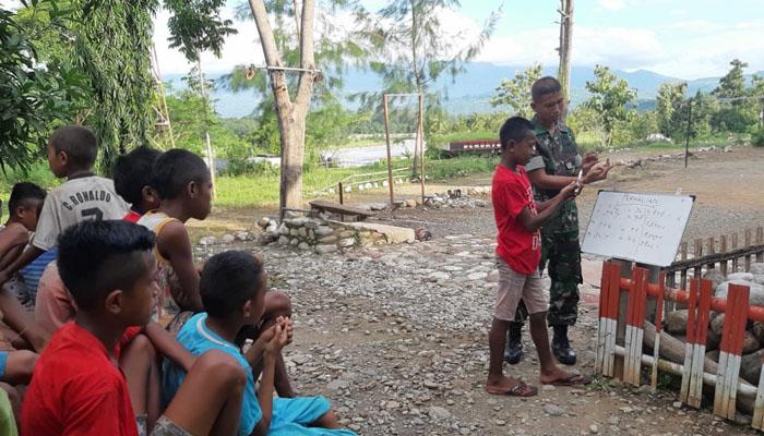 Anak Anak Di Perbatasan Belajar Jarimatika Di Bimbing Angota TNI (Foto Istimewa)
