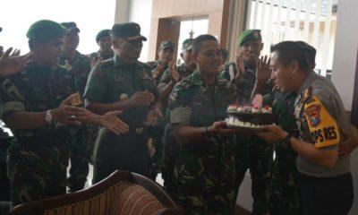 Dandim 0824 bersama prajurit kasih kejutan untuk Kapolres Jember. (FOTO: Pendim 0824)