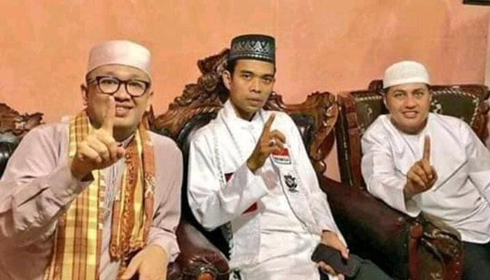 Foto Ustad Somad Berpose Salam Satu Jari (Foto Istimewa)