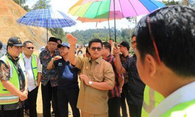 Gubernur Kaltara, Dr H Irianto Lambrie saat menggelar kunjungan kerja di ruas jalan Kabupaten Malinau beberapa waktu lalu. (FOTO: NUSANTARANEWS.CO/Humas Pemprocv Kaltara)