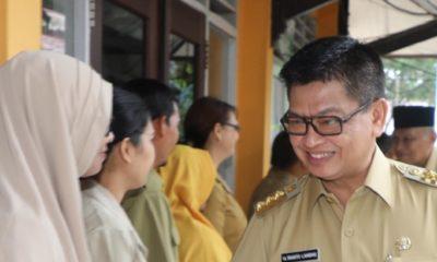Gubernur Kaltara Dr H Irianto Lambrie saat menyalami para guru di Kaltara, belum lama ini. (FOTO: NUSANTARANEWS.CO/Humas Pemprov Kaltara)