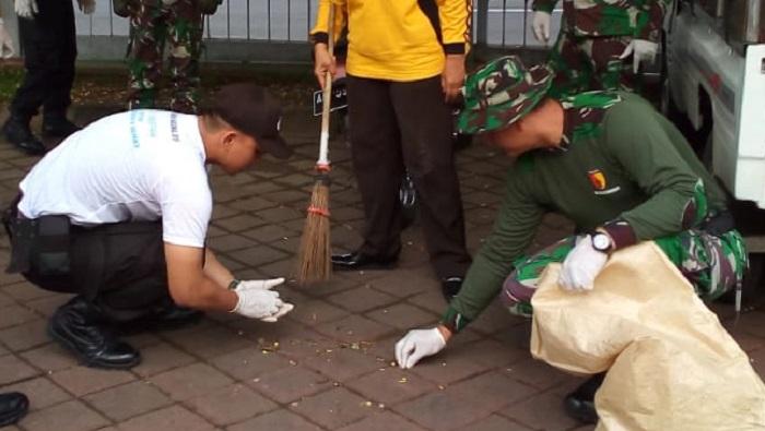 Kodim 0803 Dan Polres Madiun Punguti Sampah. (FOTO: NUSANTARANEWS.CO/Pendim0803)