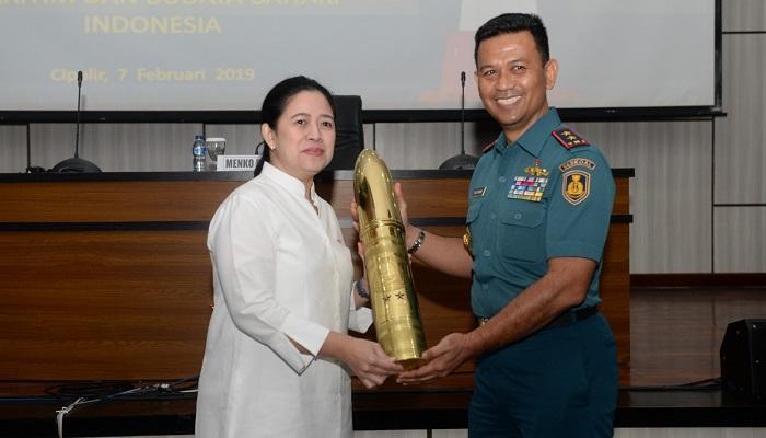 Menko PMK Puan Maharani (kiri) dan Komandan Seskoal Laksamana Muda TNI Amarulla Octavian (kanan). (Foto: Istimewa/NUSANTARANEWS.CO)
