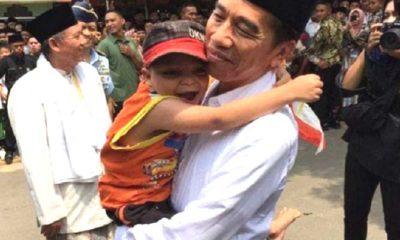 Jokowi gendong bocah berkebutuhan khusus saat kunjungan di Pondok Pesantren Al-Ittihad, Cianjur, Jawa Barat, Jumat (8/2). (Foto: Istimewa)