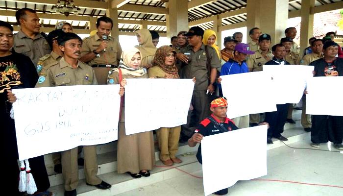 Contoh Kasus: Aparatur Sipil Negara (ASN) atau PNS Ponorogo deklarasi dukungan kepada calon kepala daerah di Pilgub Jawa Timur 2018, Selasa (9/1/2018). (Foto: Dok. NUSANTARANEWS.CO/Ilustrasi)