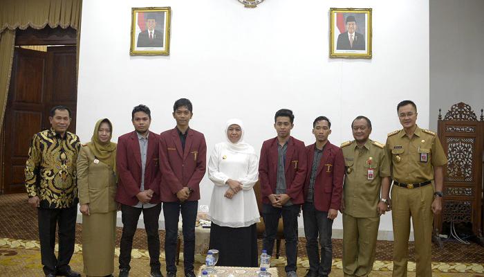Gubernur Jatim, Khofifah Indar Parawansa mengapresiasi Ikatan Mahasiswa Muhammadiyah (IMM) yang memiliki kepedulian terhadap lingkungan, khususnya terkait limbah yang ada di Jawa Timur, Selasa (26/2/2019). (Foto: Setya N/NUSANTARANEWS.CO)