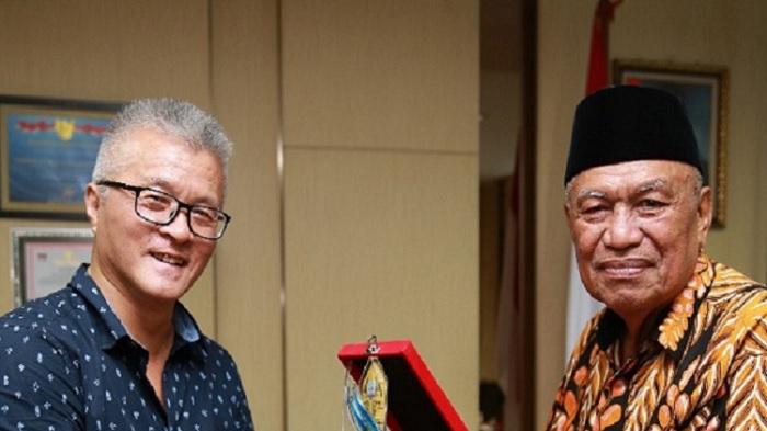 Perwakilan tim review FS dari Pemerintah Korea, Mr Lim Yong bersama Wagub Kaltara H Udin Hianggio. (FOTO: NUSANTARANEWS.CO/Aiyub)