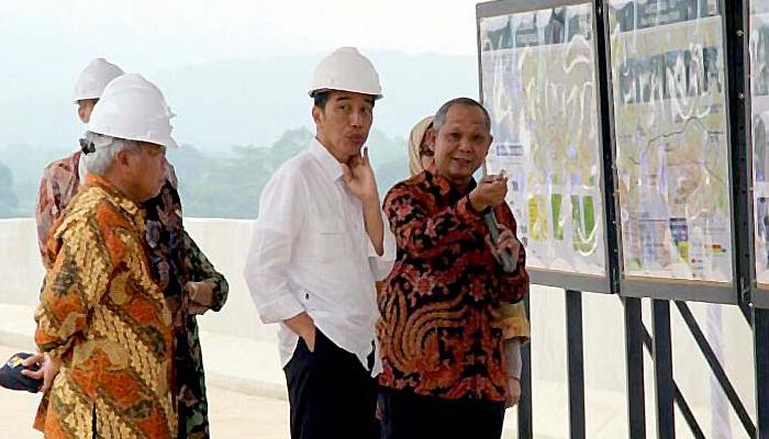 Presiden Jokowi Saat Meninjau Pembangunan Infrastruktur (Foto Dok. Setkab)