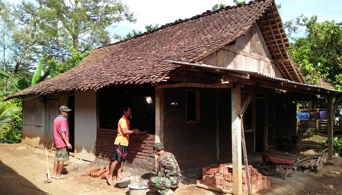 rumah tidak layak huni, renovasi rumah, rlth, madiun, babinsa, nusantara news