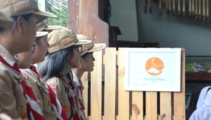 SMP Kanisis Kudus Bermain Permainan Tradisional di Ruang Baca Pengilon. (FOTO: NUSANTARANEWS.CO/Imam Khanafi)