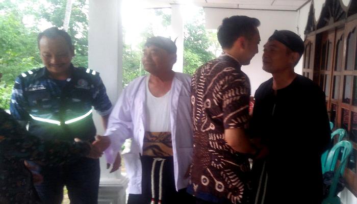 Anggota DPR RI, Edhie Baskoro Yudhoyono alias Ibas mengunjungi kediaman seniman dan sejarawan Reog Ponorogo, Mbah Bikan Wiyono, Rabu (27/2/2019). (Foto: Muh Nurcholis/NUSANTARANEWS.CO)