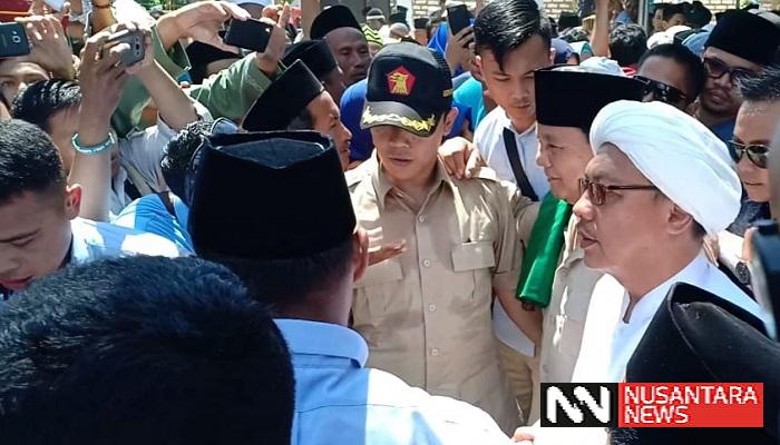 Calon Presiden Republik Indonesia, Probowo Subianto berkunjung ke Sumenep, Madura bertemu dengan ulama Sumenep di Pondok Pesantren Al Assadad di Kecamatan Ambunten, Selasa (26/2/2019). (Foto: M Mahdi/NUSANTARANEWS.CO)