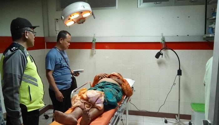 Salah satu korban minibus terguling di 'Telulikuran' atau 23 derajat di jalan raya Bungkal-Ngrayun, sebuah minibus Isuzu Elf Nopol AG 7409 YB mengalami kecelakaan tunggal, Senin (11/2/2019). (Foto: Muh Nurcholis/NUSANTARANEWS.CO)