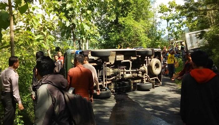 Sebuah minibus terguling di 'Telulikuran' atau 23 derajat di jalan raya Bungkal-Ngrayun, sebuah minibus Isuzu Elf Nopol AG 7409 YB mengalami kecelakaan tunggal, Senin (11/2/2019). (Foto: Muh Nurcholis/NUSANTARANEWS.CO)
