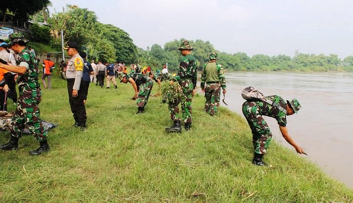 Tiga Pilar Bojonegoro Kerja Bakti Bersih-Bersih Sampah Bantaran Sungai Bengawan Solo. (FOTO: NUSANTARANEWS.CO/Pen0813)