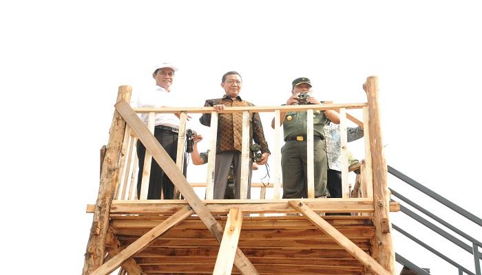 Waaster KSAD, Menteri Pertanian dan Bupati Tuban meninjau lokasi panen raya di Tuban, Jawa Timur. (Foto: Istimewa/NUSANTARANEWS.CO)
