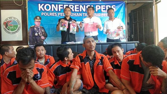 27 tersangka pengedar dan pemakai narkoba di yang ditangkap di pelabuhan Perak Surabaya. (NUSANTARANEWS.CO/Setya)